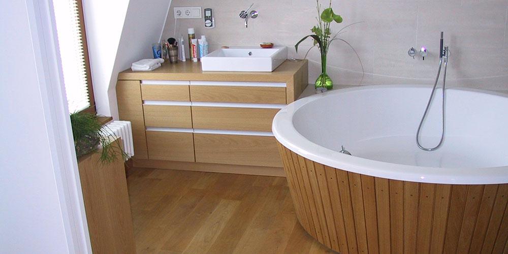 Individuelles Badezimmer Mit Holzverkleidungen Und Holzfußboder